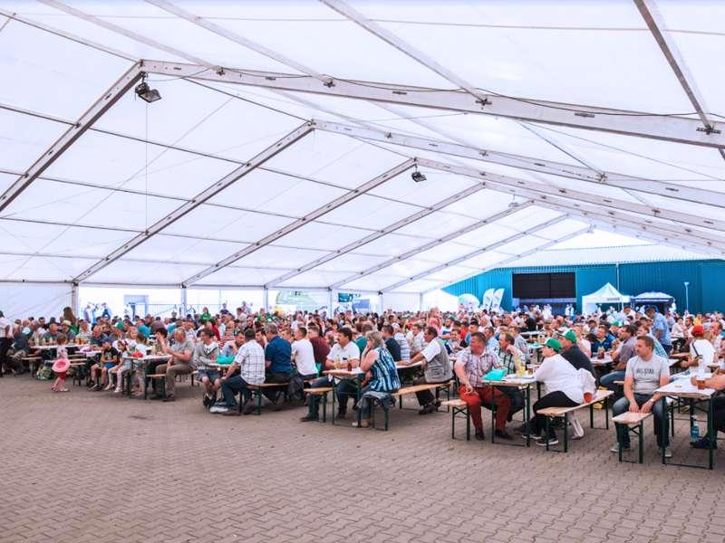 Aranżacja 90 kompletów piwnych na ponad 700 miejsc siedzących